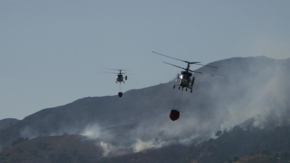 Helicópteros luchando contra un incendio cerca de Sedella, España. Foto tomada con una Lumix G2.