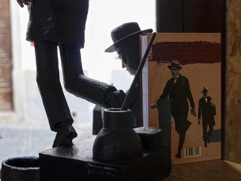 Libros y estatuas de Fernando Pessoa
