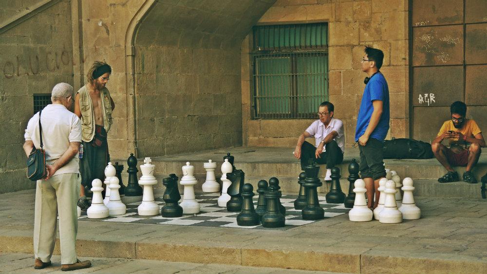 Jugando al ajedrez en el antiguo Hospital de la Santa Creu