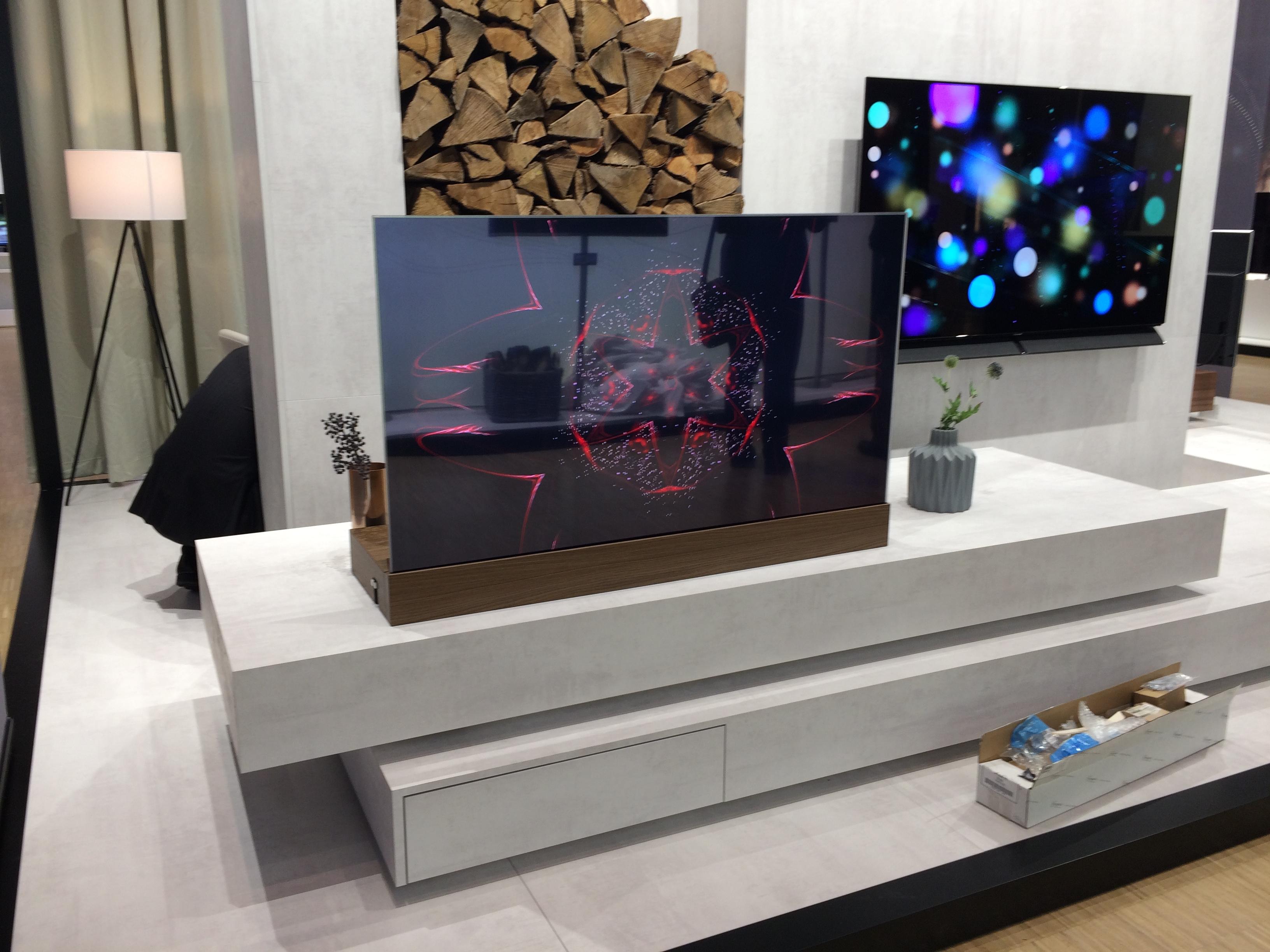 Descubre el televisor invisible que puede proyectarse en cualquier lugar de tu casa