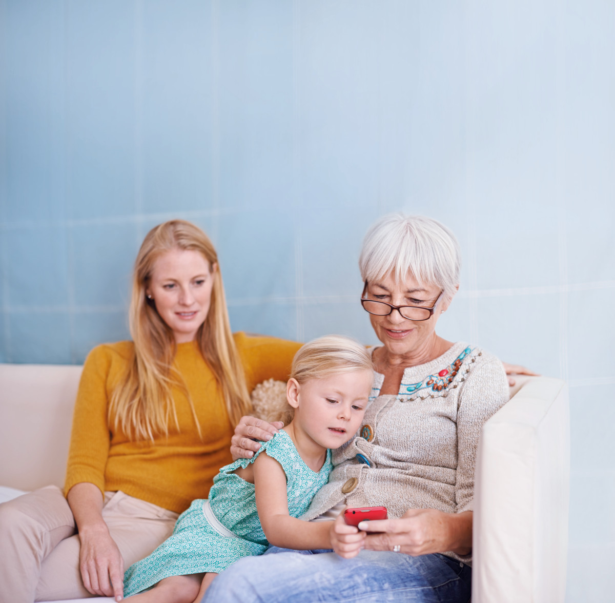 El regalo perfecto para el día de los abuelos: un móvil que acerca generaciones